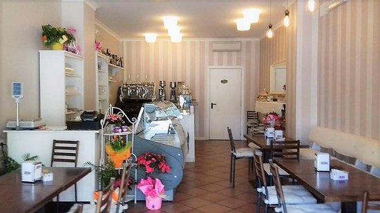 Mondo Goloso Pastry Shop: L'interno del nostro locale, piccolino ma caldo ed accogliente