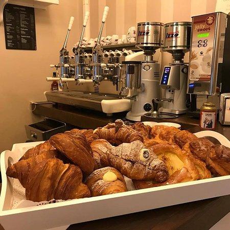 Mondo Goloso Pastry Shop: Uno dei nostri momenti preferiti della giornata: i cornetti appena sfornati per la colazione (nella foto potete vedere cornetti semplici, con la crema, con le visciole, girelle alla cannella, di tutto e di più per iniziare bene la giornata!)