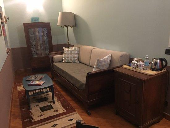 Casa Asso di Coppe B&B: divano e frigo bar in stanzetta separata