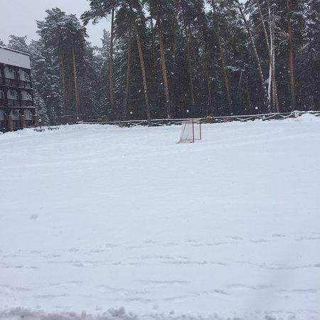 Детская площадка и каток весь в снеге.