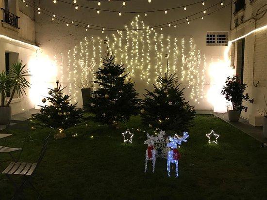 Der Innenhof der Zeit entsprechend weihnachtlich geschmückt. Im Sommer als schöne Terrasse.