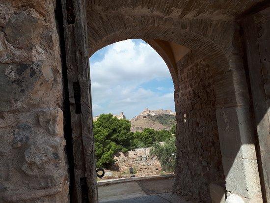 Castillo de Sagunto en Valencia. Espectacular fortaleza con vistas impresionantes. Al pie del castillo existe una necrópolis en la roca y el teatro romano. Localidad para pasear y descubrir. Se encuentra dentro del recorrido La Conquista de Valencia del Camino del Cid