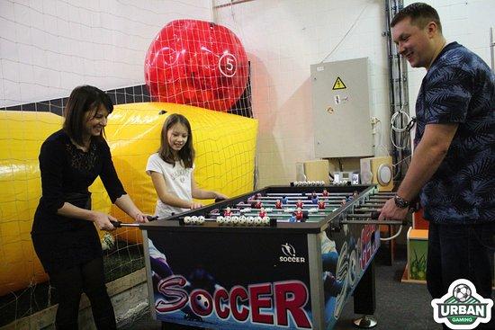 Urban Gaming: Те кто не играют в бампербол любят сразится в кикер в зоне отдыха
