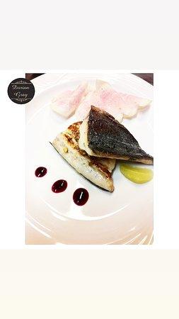 Dorian Gray Restaurant Bistrot vi presenta la Lampuga. Pesce ai più sconosciuto ma dal sapore notevole, delicato e gustoso.  Lo proponiamo cotto con pistacchi e bergamotto,  accompagnato da un carpaccio di ravanello anguria.  Venite a provarlo