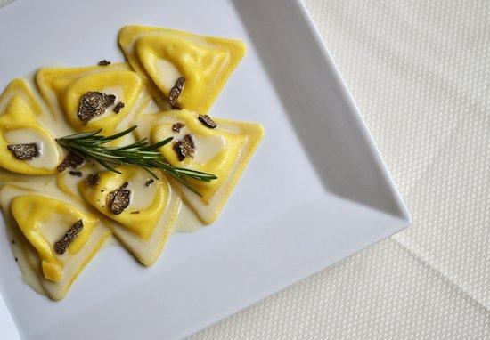 Triangoli al formaggio con vellutata al formaggio e tartufo nero