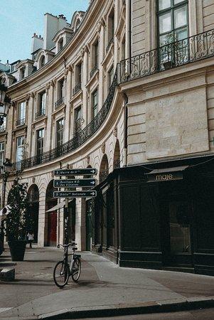 פריס, צרפת: Париж никогда не кончается, и воспоминания каждого человека, который жил в нем, отличается от воспоминаний любого другого. Мы всегда возвращались туда, кем бы мы ни были, как бы он ни изменился, независимо от того, насколько трудно или легко было до него добраться. Он всегда того стоит и всегда воздал нам за то, что мы ему приносили. / Эрнест Хемингуэй