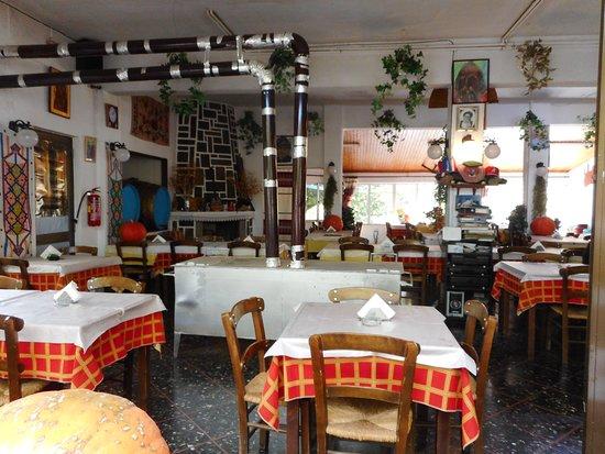 Mesa Potamoi, اليونان: Salle de restaurant Marianna