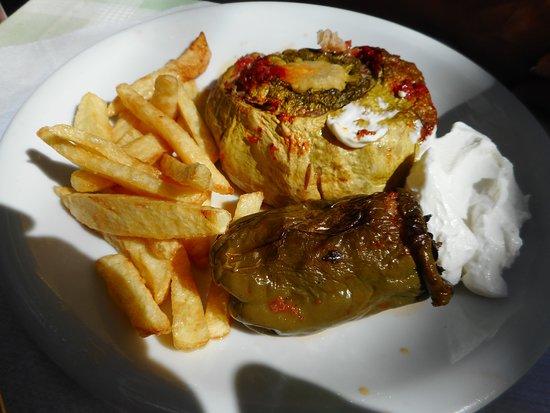 Mesa Potamoi, اليونان: Poivrons farcis et crème acidulée, un rêve de saveur