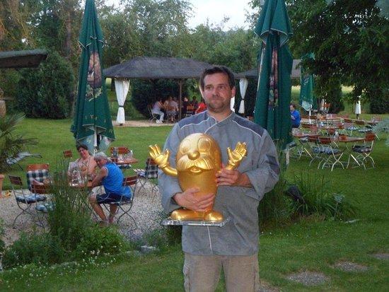 Der stolze Inhaber und Koch mit dem goldenen Onkel Otto vomHR