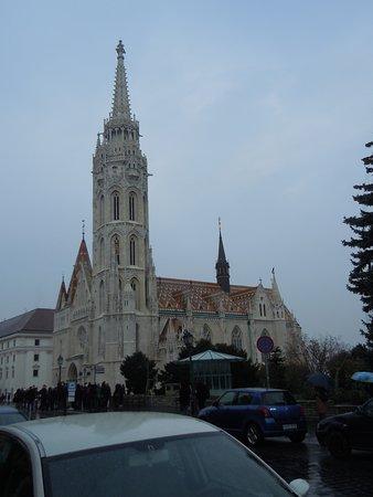 En arrivant sur la place, devant l'église Saint Matthias