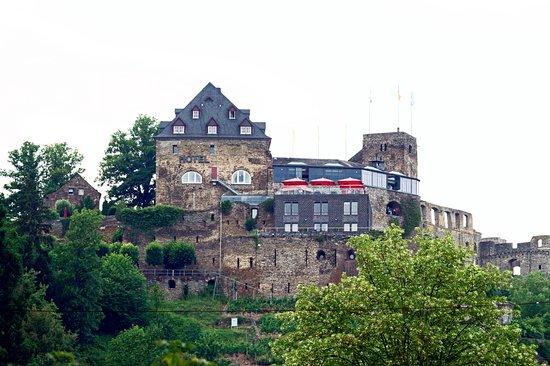 Sankt Goar, Germania: поднимаясь по тропе к Rheinfels Castle - вид на Romantik Hotel