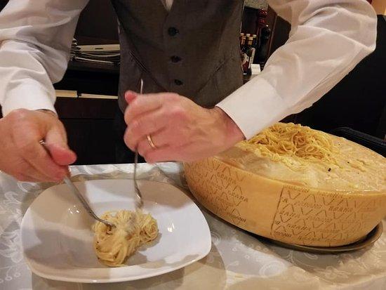 "Spaghetti mit Parmesan ""alla ruota"""