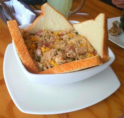 Pasta Granjera (Sin queso) Es cubierta con queso costeño o mozarella rallado