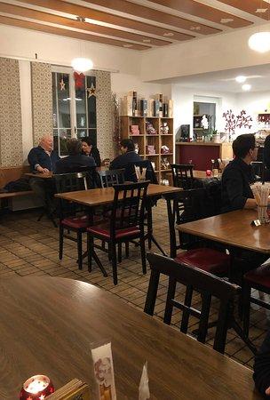 in der Gaststube von der Linde Kleindöttingen (Gemeinde Böttstein): hell & locker eingerichtet mit italienischen Spezialitäten zum kaufen.