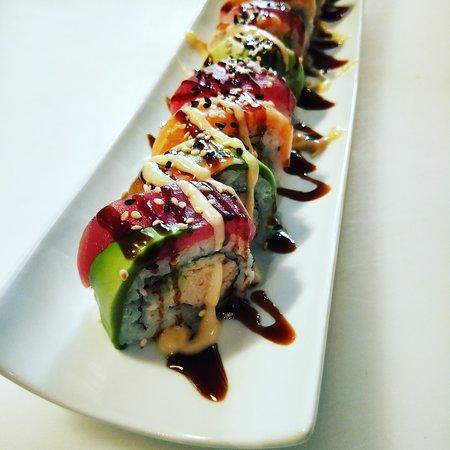Le Patio: Menu Rainbow Roll Ext: avocat, saumon, thon Int : surimi, avocat