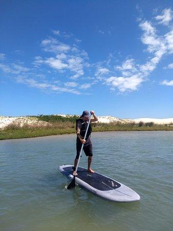Tom remando SUP na Guarda do Embaú. Rio da Madre.