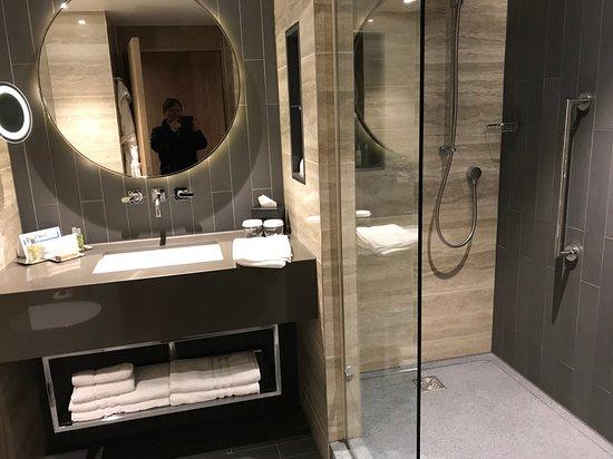 Hilton London Bankside: Very tidy bathrooms with plentiful toiletries