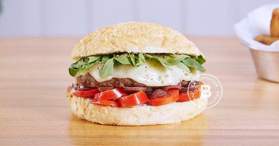La Burgueria - Las Lomitas: KIKA Pan de queso, Burger de ternera 180g. Tomates cherry, Mozzarela, Rúcula, Aceitunas negra y Salsa La Burguería. La Burguería - Las Lomitas - Lomas de Zamora.