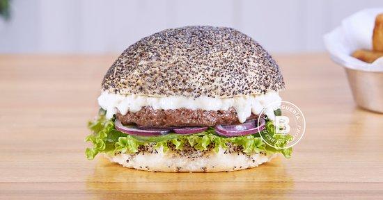 OLIVIA Pan c/ Amapola, Burger de ternera 180g. Espinaca fresca, Cebolla morada, Queso azul, Lechuga francesa, Queso blanco y Apio.