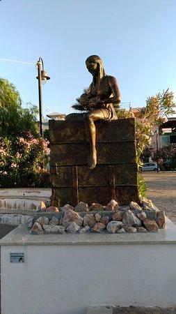 Izola Dele Femine, Italija: Monumento all'Emigrante