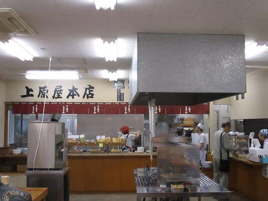 Ueharayahonten: 店内の様子、すいていましたがお昼どきは大変な行列になります。