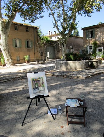 Pouzolles, Γαλλία: Painting in a lovely village square