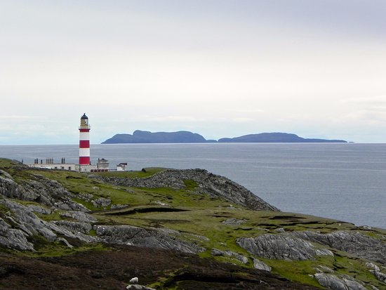 Остров Скалпей, UK: The lighthouse with the Shiant Isles in the background. Photo taken 2014.