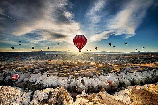 Cappadocia varmluftsballong med liten ...