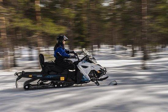 Conducción en moto de nieve durante...