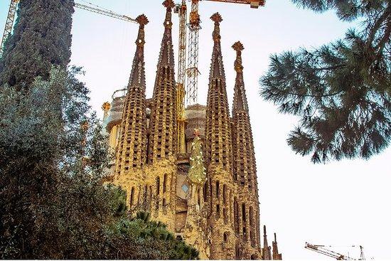 现代主义和圣家堂与塔楼徒步游览