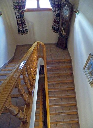 Torreperogil, Španělsko: Hotel stairs and clock