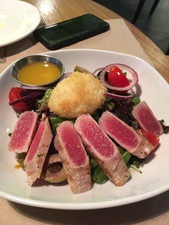 Салат с тунцом и соусом из маракуйи