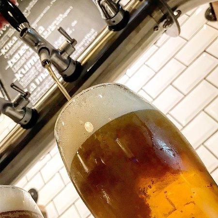 Cervezas artesanales tiradas.