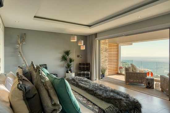 Llandudno, South Africa: Ocean View Suite   Located on the middle floor. It has a private balcony with sea views, en-suite bathroom, TV with Netflix, free wifi, walk in cupboard, lounge area, mini bar and air-con.