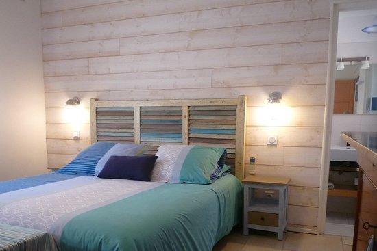 L'une des chambres, avec une décoration de bord de mer. Salle de bain privée, wc séparé privé, literie de qualité (160x200). Chambre confortable et calme, pour des nuits reposantes.