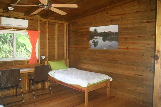 Unitedville, Belize: Nascosta room with 2 Twin beds AC, desk, Wifi, Minibar, porch, private toilet and hot water shower