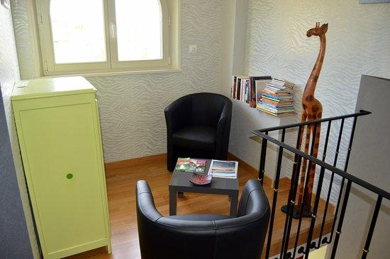 Petit salon à disposition des hôtes (bibliothèque et jeux d'enfants).