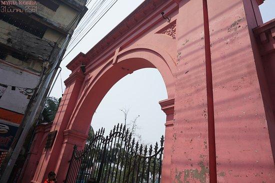 Dhaka, Bangladesh: 정원 동쪽에 있는 원구 출입문