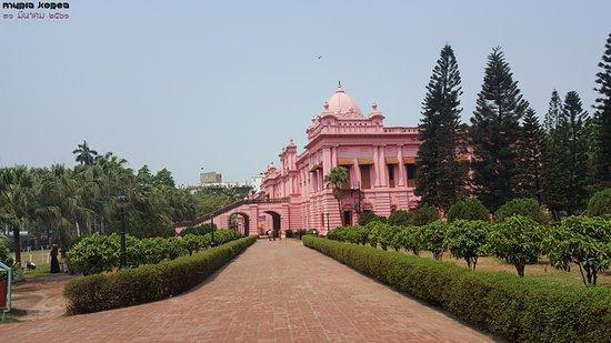 Dhaka, Bangladesh: 출입문에서 본 궁전의 측면