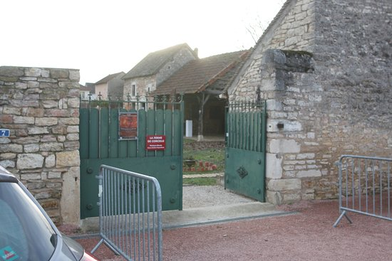 La façade de la ferme de Corcelle - Il y a un parking gratuit devant celle-ci