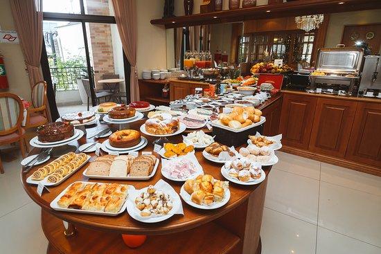 Café da Manhã variado, com pães, bolos, tortas , doces, variedade de chá, sucos, iogurtes, além de opções de preparo imediato como omeletes, ovos mexidos... Temos Opções para Veganos, Vegetarianos, e hóspedes com restrições à Gluten, Lactose...