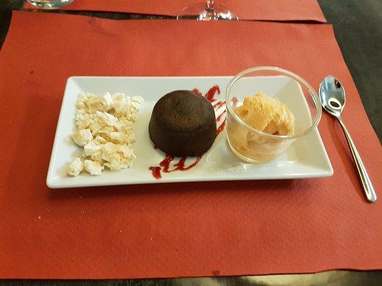 Dessert, moelleux au chocolat avec une bonne boule de 🍧