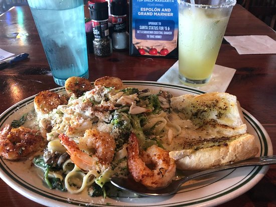 San Leon, Техас: My succulent entree, 'Third Reef Pasta - shrimp, crabmeat, scallops, asparagus, mushrooms, pasta and sauce with toasted bread.  Wonderful!
