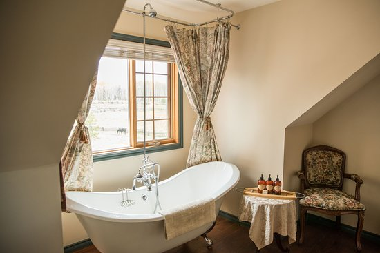100 Mile House, Canada: Siwash Ranch House Suite claw foot tub