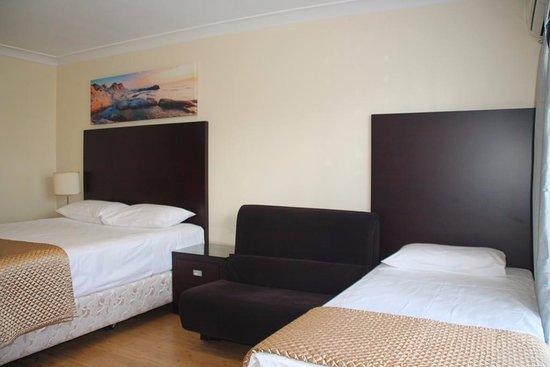 Centenary Motor Inn : Triple Room with Private Bathroom