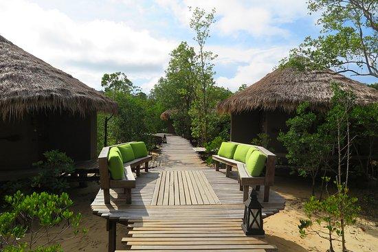 The Blue Sky Resort Koh Payam: พื้นที่ส่วนนี้จะเป็นห้องพัก สไตล์ แบบมัลดีฟ สไตล์ วิลล่า ทั้งสองแบบครับ ทั้งแบบ สไตล์ วิลล่าโซน Lจำนวน 7ห้อง จะอยู่ด้านซ้ายมือ และ สไตล์ วิลล่าโซน Rจำนวน 13 ห้องจะอยู่ด้านขวามือ ครับ