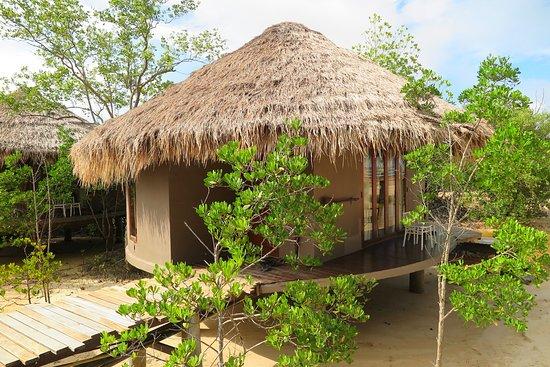 The Blue Sky Resort Koh Payam: ห้องพักแบบ มัลดีฟ สไตล์วิลล่า โซนR จุดสังเกตุคือเมื่อเดินเข้ามาในบริเวณห้องพักในแบบ มัลดีฟ ห้องพักชนิดนี้ จะอยู่ที่ฝั่งขวามือทั้งหมดครับ มีห้องพักอยู่จำนวนทั้งหมด13ห้องพักครับ คุณสมบัติพิเศษของห้องพัก ในโซนR นี้ คือ จะมีท่าน้ำส่วนตัวบริเวณหลังห้องพัก สามารถลงไปเล่นน้ำบริเวณท่าน้ำได้เลยและมีตะแกรงที่ทำจากตาข่าย อยู่บริเวณระเบียงห้องพักครับ แต่ การตกแต่งภายในห้องพักจะเหมือนกันหมดครับ