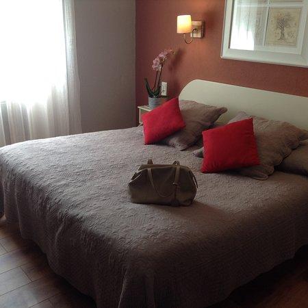 Chambre double Supérieure rénovée (15.5 m2) avec un grand lit (180cm) et douche en pierre naturelle. Vue jardin et piscine.