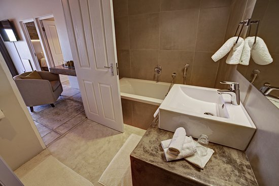 Organic Square Guesthouse: Bathroom of a Two Bedroom Family Unit at Organic Square 2, rhode allee 56.
