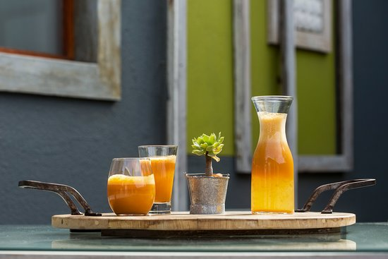 Organic Square Guesthouse: Freshly squeezed breakfast juice every day. Made from healthy fruits and vegetables.